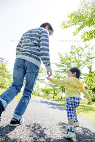 公園で手をつないで歩く息子と父親の素材 [FYI01075457]