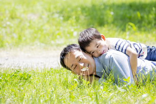 公園で父親の背中に乗る息子の素材 [FYI01075462]