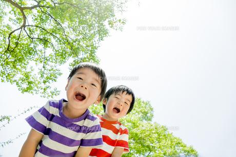 公園で遊ぶ男の子たちの素材 [FYI01075472]