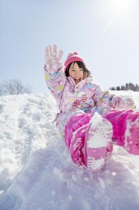 雪の公園で遊ぶ女の子の素材 [FYI01075484]