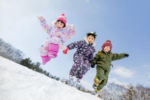 雪の公園でジャンプする子供たちの素材 [FYI01075500]