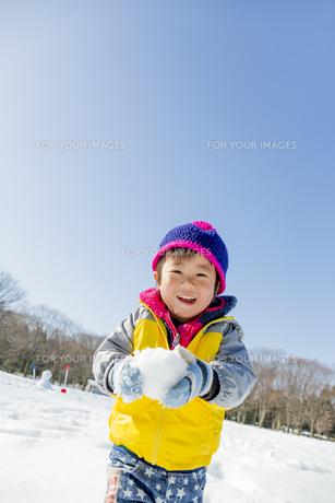 雪の公園で遊ぶ男の子の素材 [FYI01075507]