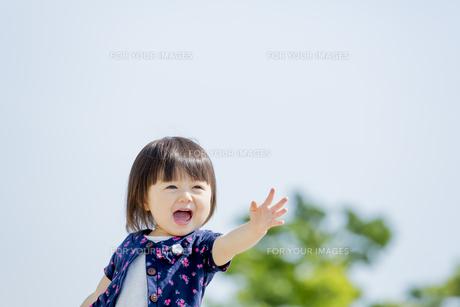 公園で遊ぶ女の子の素材 [FYI01075508]