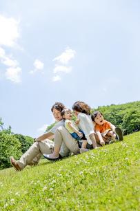 公園で遊ぶ4人家族の素材 [FYI01075510]