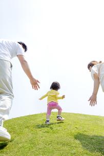 公園を歩く家族の後ろ姿の素材 [FYI01075511]