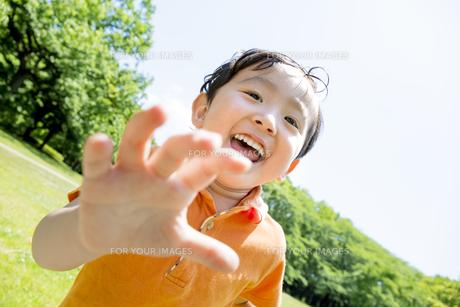 公園で遊ぶ男の子の素材 [FYI01075522]