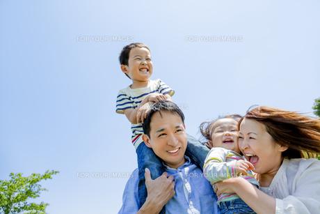 公園で遊ぶ4人家族の素材 [FYI01075528]