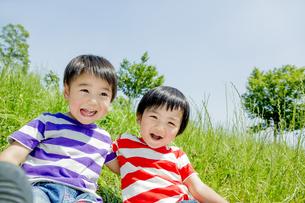 公園で遊ぶ男の子たちの素材 [FYI01075529]