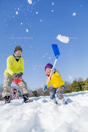 雪の公園で遊ぶ父と息子の素材 [FYI01075534]