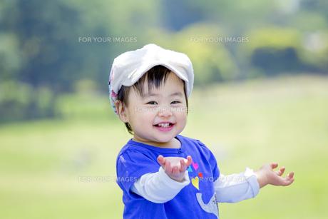 公園で笑う女の子の素材 [FYI01075536]