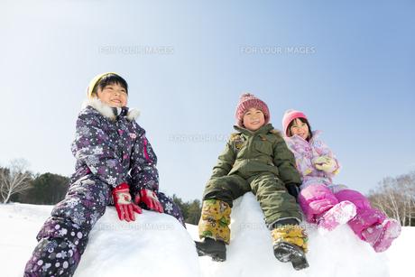 雪の公園で遊ぶ子供たちの素材 [FYI01075542]