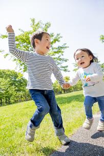 公園を走る兄と妹の素材 [FYI01075548]