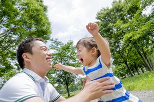 公園で娘と遊ぶ父親の素材 [FYI01075553]