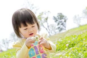 公園で花を見る女の子の素材 [FYI01075555]
