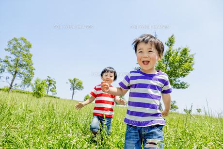 公園を走る男の子たちの素材 [FYI01075562]