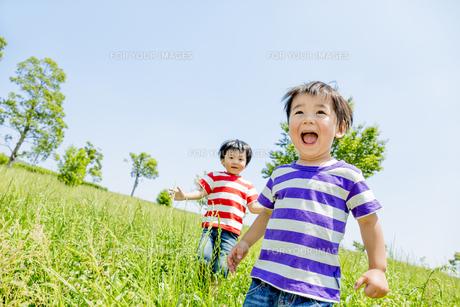 公園を走る男の子たちの素材 [FYI01075565]