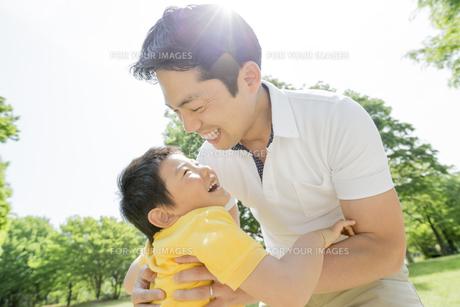 新緑の公園で遊ぶ父親と息子の素材 [FYI01075566]