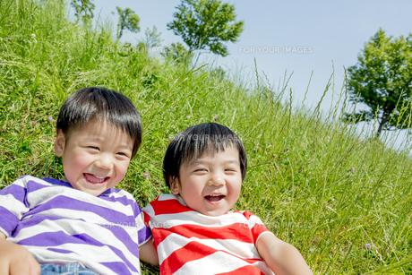 公園で遊ぶ男の子たちの素材 [FYI01075571]