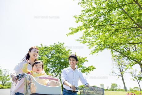 公園で自転車に乗る家族の素材 [FYI01075575]