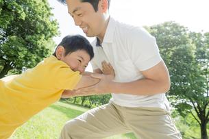 新緑の公園で遊ぶ父親と息子の素材 [FYI01075578]