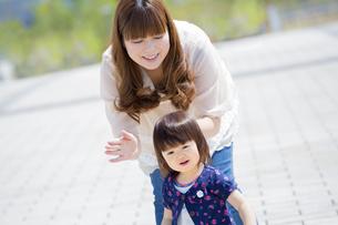 公園で娘と遊ぶ母親の素材 [FYI01075580]