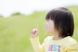 公園で指さす女の子の素材 [FYI01075581]