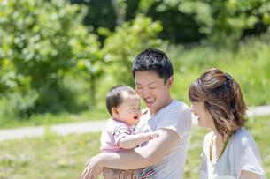公園で遊ぶ男の子と両親の素材 [FYI01075585]