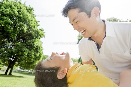 新緑の公園で遊ぶ父親と息子の素材 [FYI01075586]