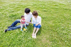公園で遊ぶ親子の素材 [FYI01075588]