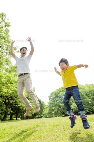 新緑の公園で遊ぶ父親と息子の素材 [FYI01075591]