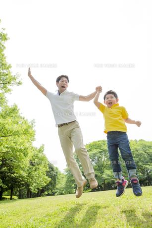 新緑の公園で遊ぶ父親と息子の素材 [FYI01075594]