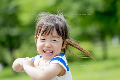 公園で笑う女の子の素材 [FYI01075600]
