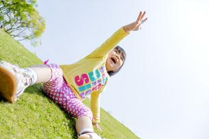公園で手を上げる女の子の素材 [FYI01075601]