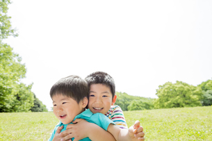 新緑の公園で遊ぶ兄弟の素材 [FYI01075603]