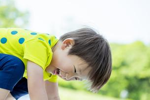 新緑の公園で笑う男の子の素材 [FYI01075616]