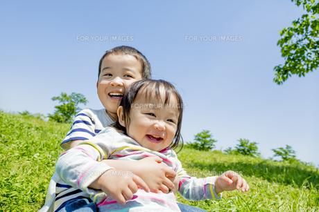 公園で遊ぶ兄と妹の素材 [FYI01075617]