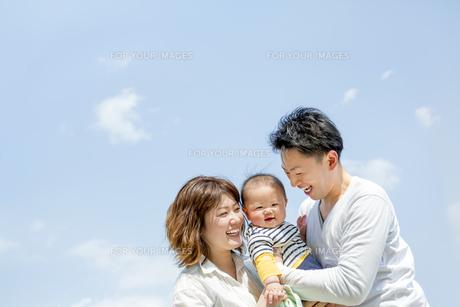 公園で遊ぶ男の子と両親の素材 [FYI01075618]