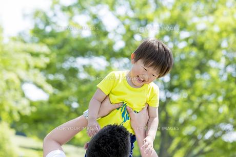 新緑の公園で遊ぶ父親と息子の素材 [FYI01075619]