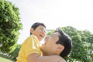 新緑の公園で遊ぶ父親と息子の素材 [FYI01075622]