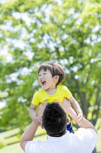 新緑の公園で遊ぶ父親と息子の素材 [FYI01075623]
