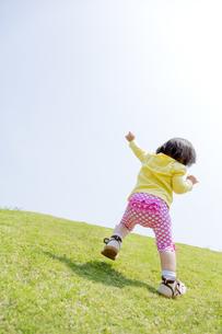 公園で遊ぶ女の子の後ろ姿の素材 [FYI01075627]