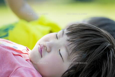 公園でお昼寝の妹と兄の素材 [FYI01075630]