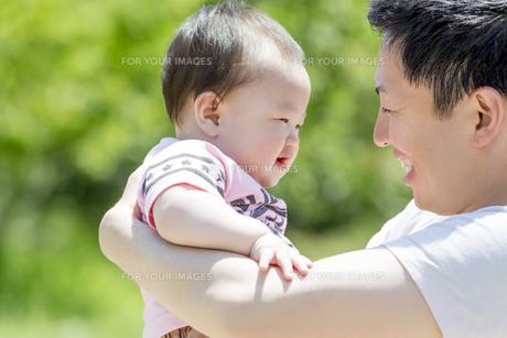 公園で男の子を抱く父親の素材 [FYI01075641]