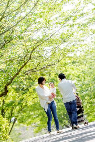 公園を散歩する家族の素材 [FYI01075642]