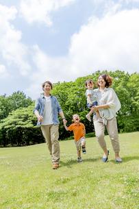 公園を歩く4人家族の素材 [FYI01075644]