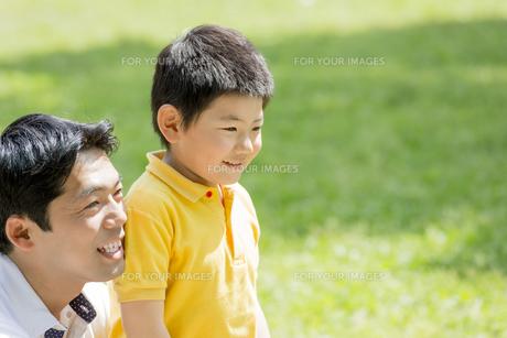 新緑の公園で遊ぶ父親と息子の素材 [FYI01075646]