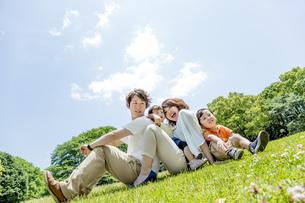 公園で遊ぶ4人家族の素材 [FYI01075649]