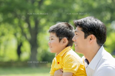 新緑の公園で遊ぶ父親と息子の素材 [FYI01075651]