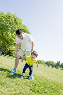 新緑の公園で遊ぶ父親と息子の素材 [FYI01075656]