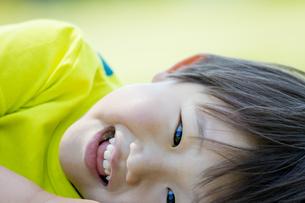新緑の公園で笑う男の子の素材 [FYI01075661]